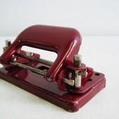 チェコスロバキア製 文房具 2穴パンチ赤 (1960年代製造)